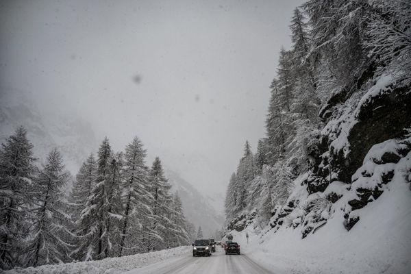 Des automobilistes sur la route entre Val d'Isère et Tignes le 22 décembre 2019.