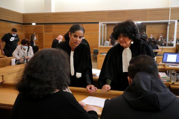 La mère de la victime et un de ses fils au procès des cinq détenus jugés pour le lynchage de Ramses Aly el Sayed, 20 ans.