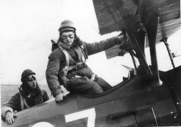 Stanislaw Skalski montant à bord d'un PWS-16. Camarade de promotion de Jan Zumbach à Deblin, il abattit 6 avions allemands en septembre 1939, devenant ainsi le premier as polonais de la Seconde Guerre mondiale. Il rejoignit lui aussi la Royal Air Force par la suite.