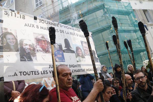 Ce mardi 5 novembre, entre 500 et 1 000 personnes ont observé huit minutes de silence pour les victimes de l'effondrement de deux immeubles, il y a un an.