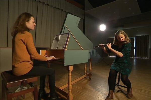 Sophie Charpentier au clavecin et Eléonore au traverso, pour l'Ensemble Félicitas.