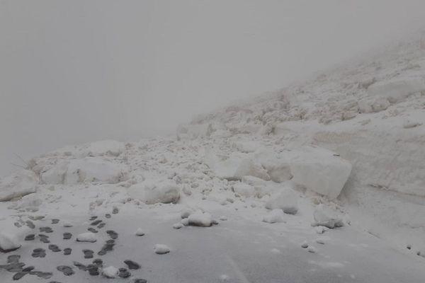 Une coulée de neige s'est produite dans la nuit de lundi à mardi 11 mai entre Murat et le Pas de Peyrol (Cantal).