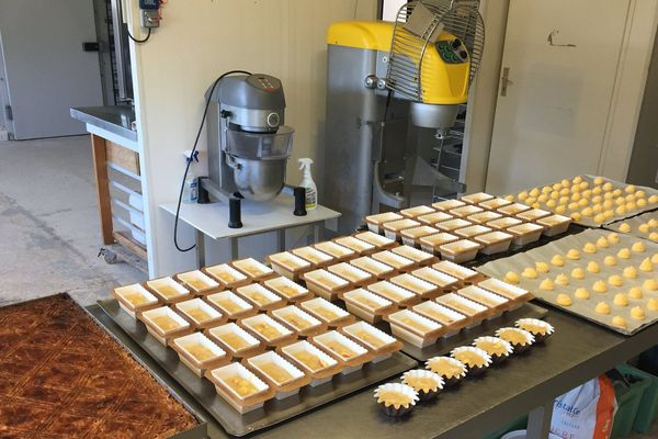 Les pâtisseries sont préparées grâce à des dons d'artisans dans un laboratoire professionnel prêté par un boulanger.