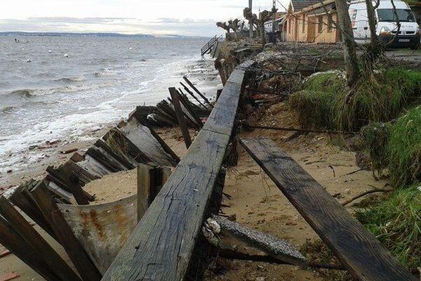Perré (Protection en bois) attaqué par l'océan à Lège-Cap-Ferret.