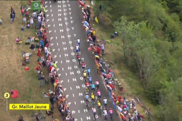 Le passage du groupe des favoris à La Planche des Belles Filles, en Haute-Saône, lors de la 6e étape du Tour de France 2019