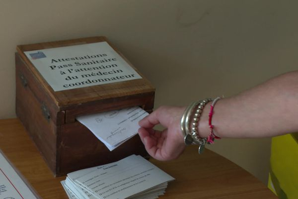 S'ils n'ont pas transmis leur pass au medecin coordinateur de l'établissement, les visiteurs de l'Ehpad doivent le glisser dans cette boite à leur arrivée.