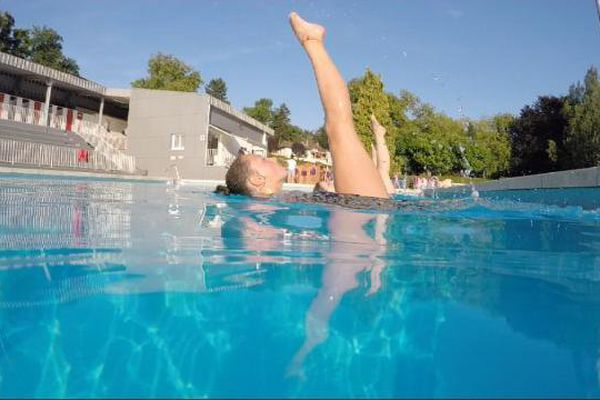 Séance d'entraînement de natation synchronisée à la piscine de Bourbon-Lancy en Saône-et-Loire