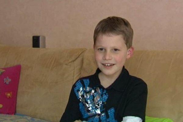 Gillian est un petit garçon de 8 ans atteint d'une maladie neuro-musculaire.