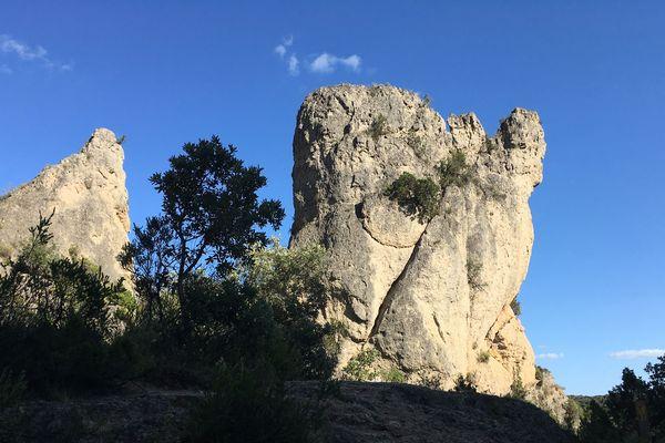 Le cirque de Mourèze dans l'Hérault est connu pour ses gigantesques rochers aux formes étranges. Il s'agit d'un cirque dolomitique où l'érosion a façonné un paysage ruiniforme, aux formes extraordinaires.