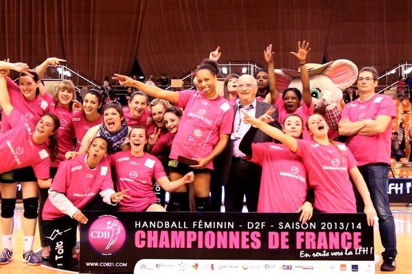 Les joueuses du CDB, championnes de France de D2 de handball lors de la saison 2013/2014
