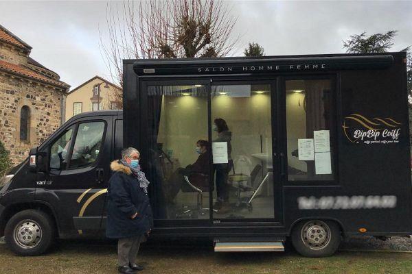 Dans le Puy-de-Dôme, une coiffeuse sillonne 14 communes pour recevoir des clients dans son salon itinérant.