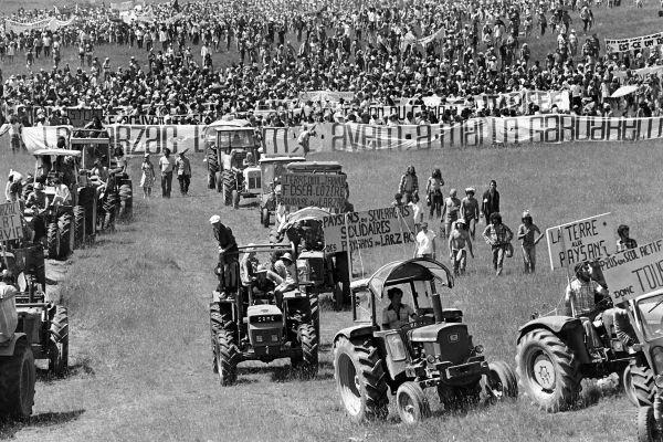 14 août 1977 : 30 000 manifestants pénètrent sur le camp militaire du Larzac pour protester contre son extension