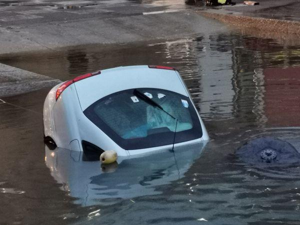 La voiture dans le Vieux-Port.