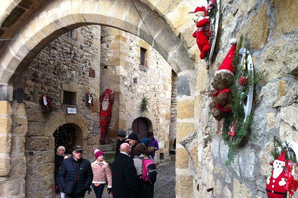 Le village fortifié de La Sauvetat (Puy-de-Dôme) aux couleurs de Noël