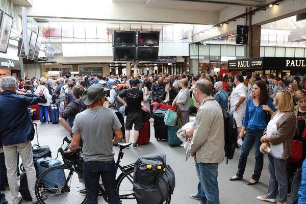 Le trafic a été totalement interrompu dimanche matin à la gare Montparnasse, avec des trains annulés ou déportés vers d'autres gares.