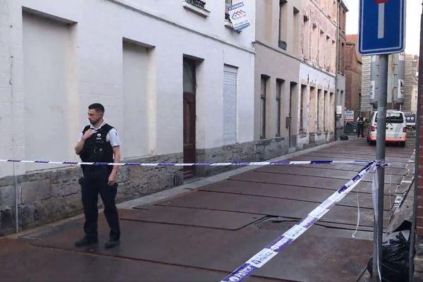 Un policier belge bloquant la rue où a été découvert le corps sans vie de ce Tourquennois de 46 ans.