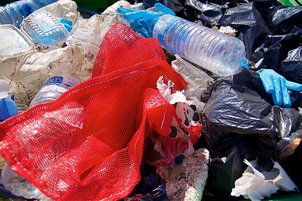 Plus de 10 millions de tonnes de déchets plastiques sont rejetés dans les océans chaque année, dont environ 600.000 en Méditerranée. 99% de ces déchets partent dans les fonds marins.