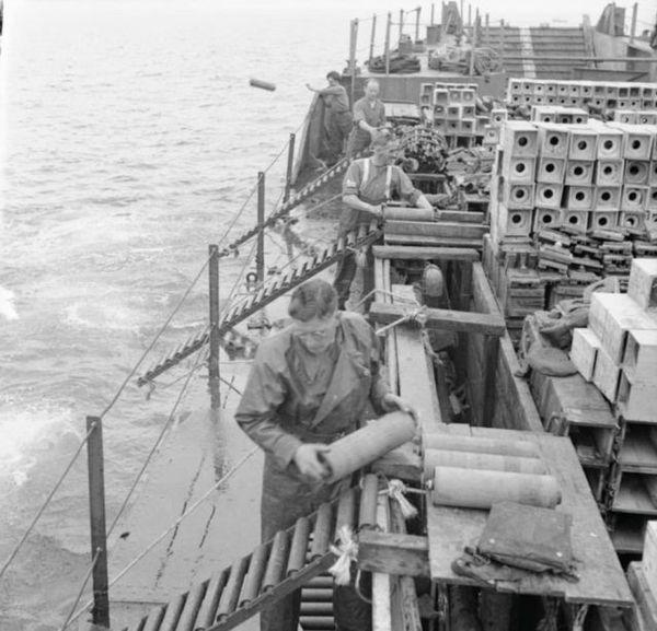 L'immersion de munitions excédentaires en mer à l'arrivée au dépotoir de munitions au large de Cairnryan, près de Stranraer, Wigtonshire, en Écosse