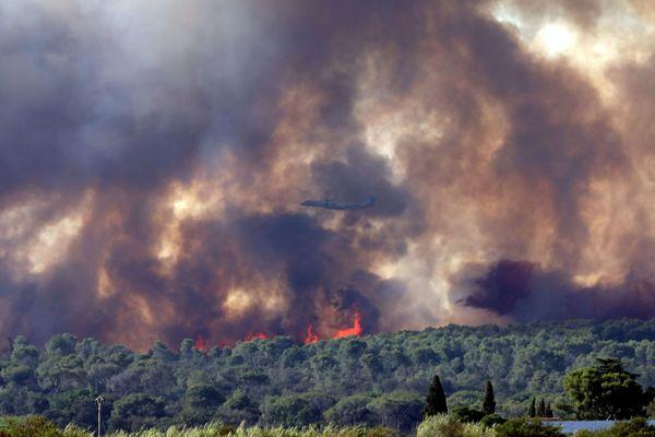 Générac (Gard) - les fumées de l'incendie et au milieu un Dash 8 bombardier d'eau - 30 juillet 2019.