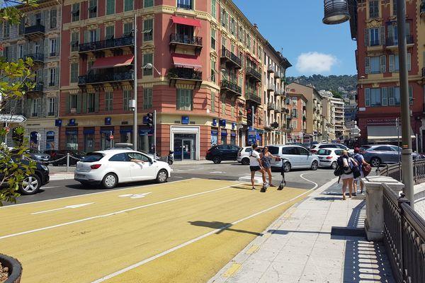 La piste cyclable s'arrête net place de l'île de Beauté à Nice.