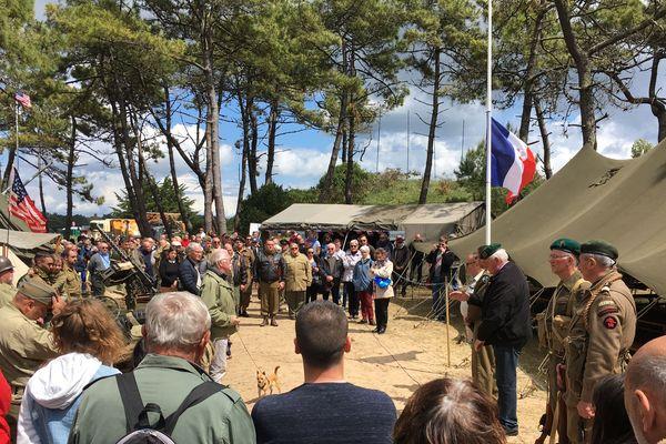 Minute de silence pour les deux soldats français du Commando Hubert, au cours du rassemblement du Bego à Plouharnel (56).