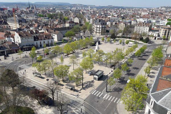 La place de la République, à Dijon, déserte et vue du ciel. La photo a été prise depuis un immeuble boulevard Georges Clémenceau.