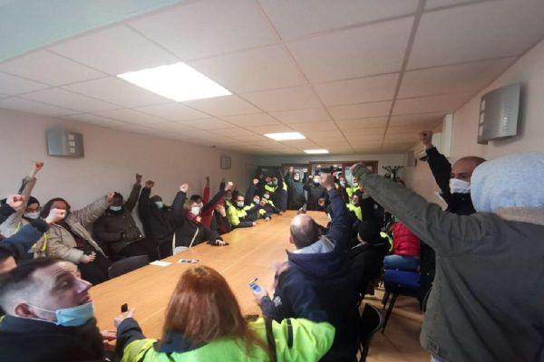Les salariés grévistes de l'entreprise STEF dans les locaux de la DIRECCTE de Montauban.