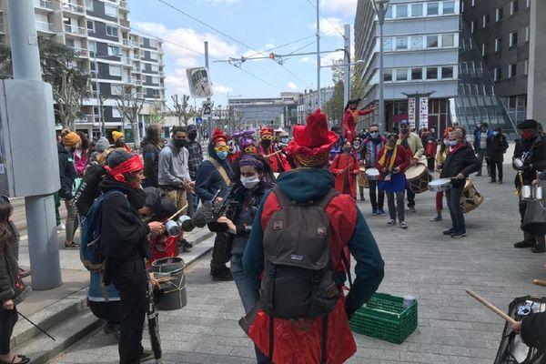"""A Clermont-Ferrand, des acteurs du monde culturel ont organisé une """"manifestation colorée"""" ce samedi 17 avril."""
