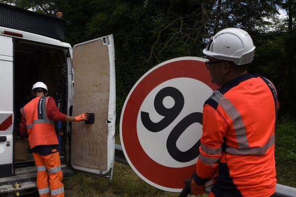 Installation des panneaux de limitation à 80km/heure le 28 juin 2018 sur une route de Haute-Garonne