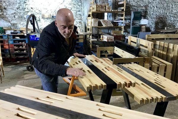 Philippe Cane est un artisan-artiste qui modèle qui utilise la palette en bois comme matière-première.