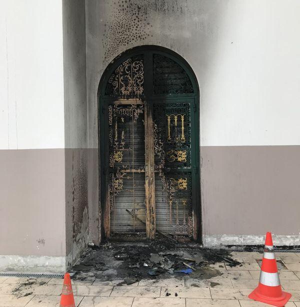 L'une des trois portes de la mosquée a été endommagée par les flammes