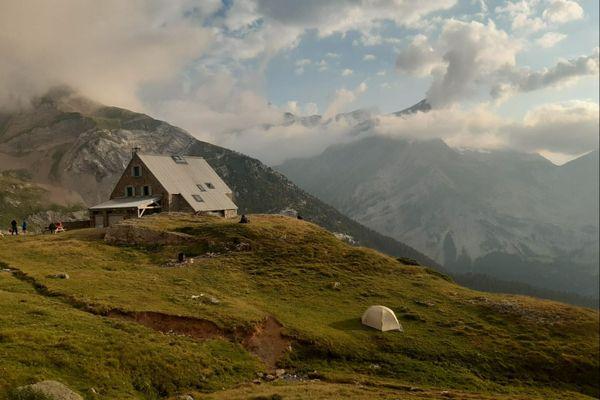 Le protocole sanitaire en vigueur pour les établissements accueillant du public s'appliquent aussi pour les refuges de montagne. En pleine saison de randonnées, reportage aurefuge des Espuguettes dans les Hautes-Pyrénées, où les régles s'appliquent au détriment de la convivialité.