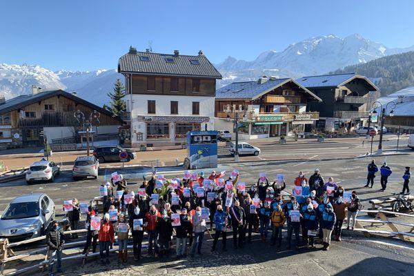 Environ 70 personnes ont manifesté ce jeudi 3 décembre à Combloux, en Haute-Savoie.