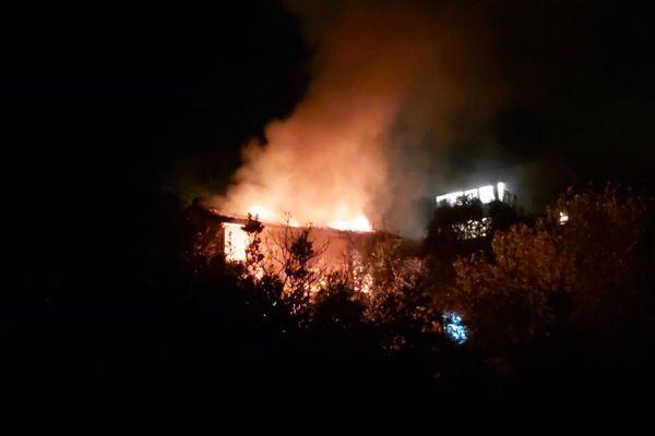 L'incendie était visible de loin.
