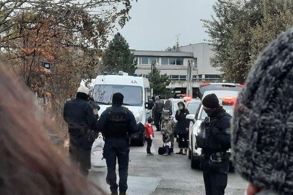 Une famille d'exilés s'apprêtant à monter dans un taxi lors de l'évacuation du squat allée Boucquaine à Reims, le 3 janvier 2020.