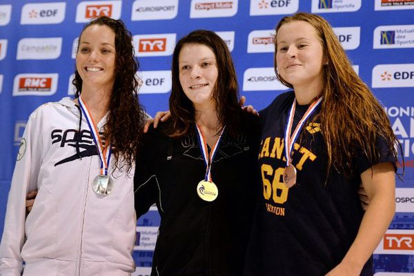 Adeline Williams, des Dauphins du Toec (à gauche sur la photo) décroche le bronze en 100m brasse et l'argent en 50m brasse.
