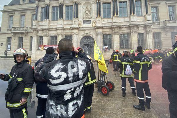 Les pompiers devant l'hôtel de ville de Troyes