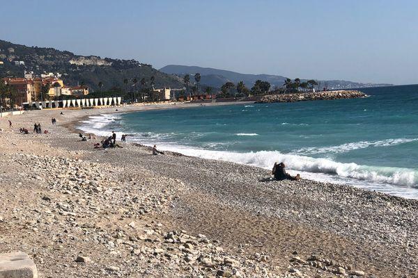 La plage de Menton est accessible, le bord de mer est piétonnisé.