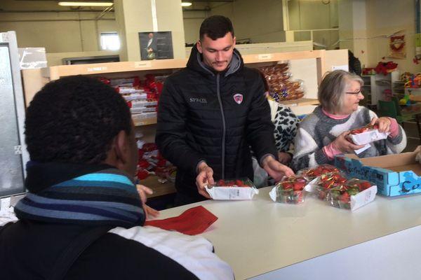Cinq joueurs du Clermont-Foot, dont Ludovic Ajorque, ont distribué des repas avec les Restos du Coeur dans le quartier du Stade Montpied, à Clermont-Ferrand