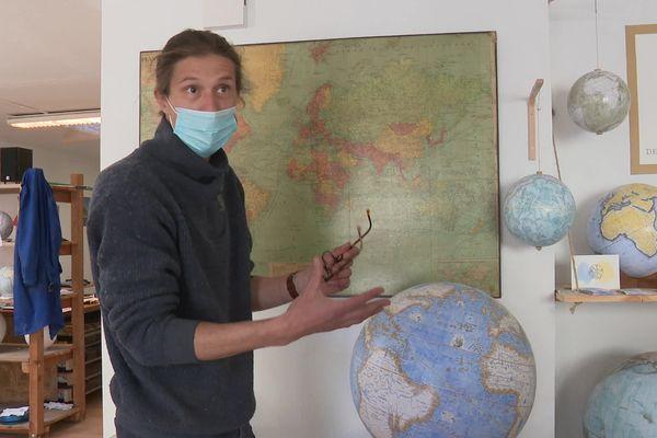 Alain Sauter, fabricant de globes terrestres et célestes, dans son atelier à Besançon