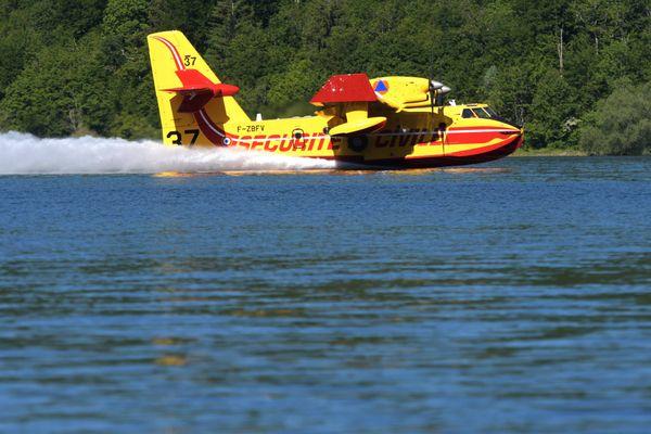 Le bombardier d'eau Canadair en pleine manœuvre d'écopage