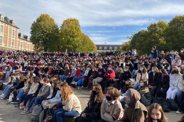 Vendredi 15 octobre, les élèves du lycée Théodore de Banville de Moulins ont rendu hommage à Samuel Paty.