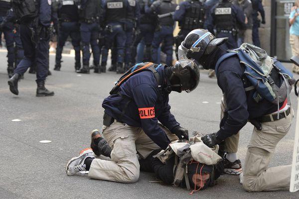 Environ 250 personnes ont participé à la manifestation interdite par le préfet dans le centre ville de Nantes contre la loi travail El Khomri.