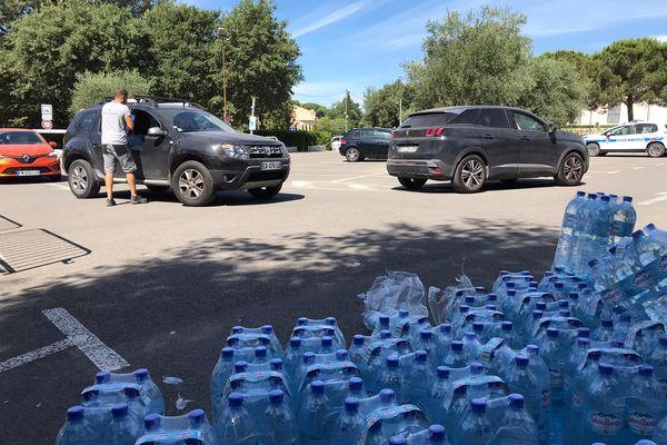 Suite à une pollution, les habitants de Roquefort-les-Pins ne doivent pas boire l'eau du robinet. Jusqu'à la levée de l'interdiction, VEOLIA-Eau organisera une distribution de bouteilles d'eau sur les parkings de la mairie et du Parc des Sports, tous les jours.