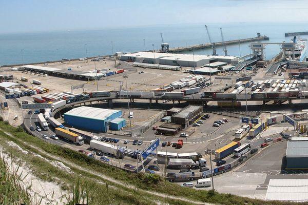 Le port de Douvres, arrêt forcé pour le convoi des associations