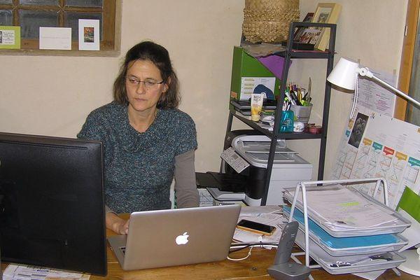 Sophie et son mari Olivier sont en zone blanche en Haute-Loire. Pour avoir accès à internet, ils sont obligés de prendre leur voiture.