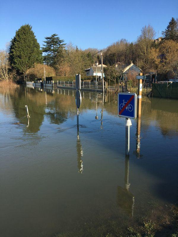 La voie verte a disparu sous les eaux à Montcy Notre Dame en cet fin d'hiver.