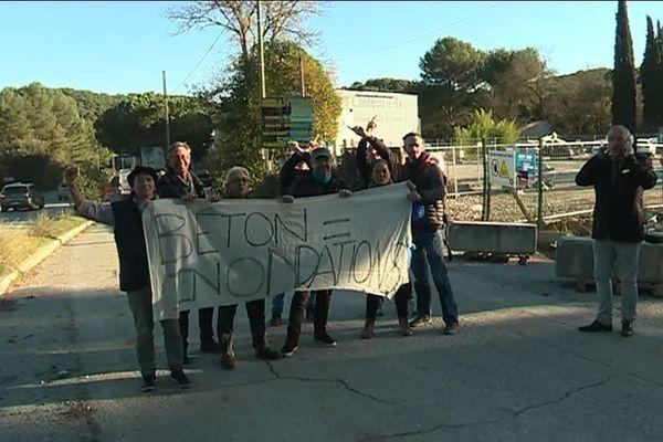 Ce vendredi, une vingtaine d'opposants au projet avaient profité d'une visite du site organisée par le promoteur immobilier pour manifester.