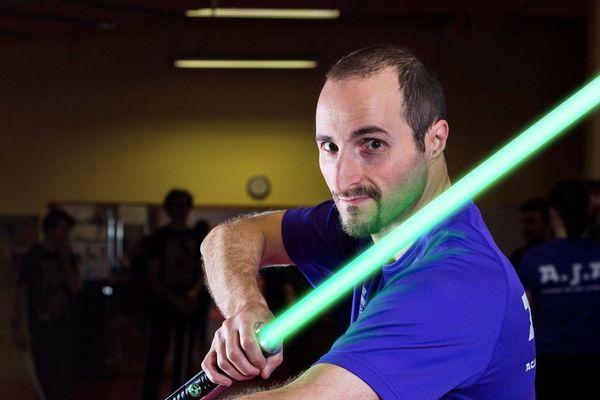 Ismaël Ayad, entraîneur de canne de combat, a fondé l'acédémie de sabre laser de Clermont-Ferrand.