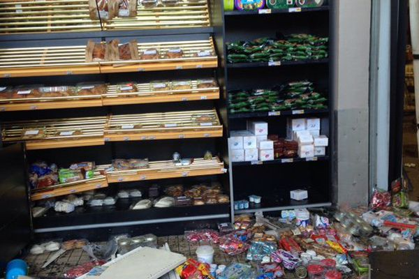 L'intérieur du magasin dévasté après l'effondrement du toit pendant l'orage.